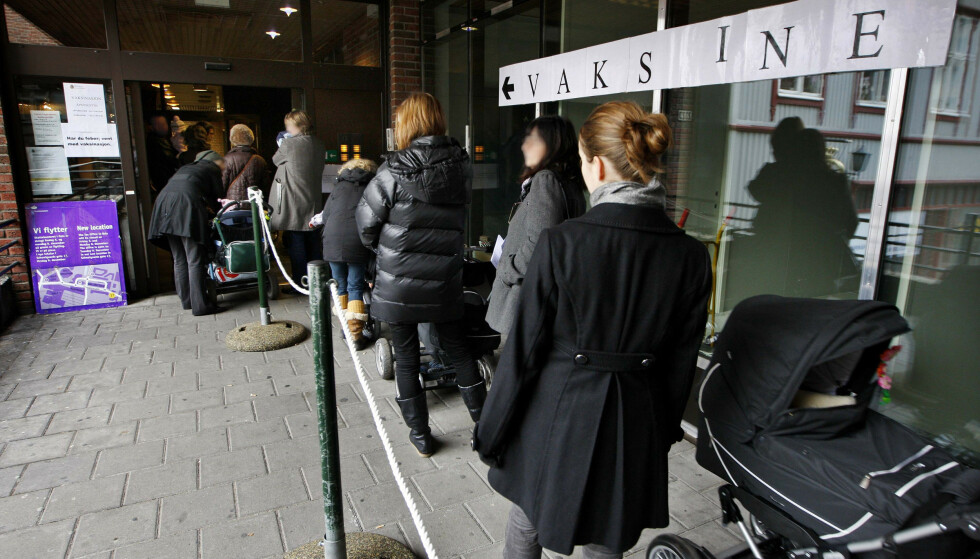 KØER: Nordmenn i kø utenfor Tøyensenteret i Oslo for å få svineinfluensavaksinen i november 2009. Foto: NTB