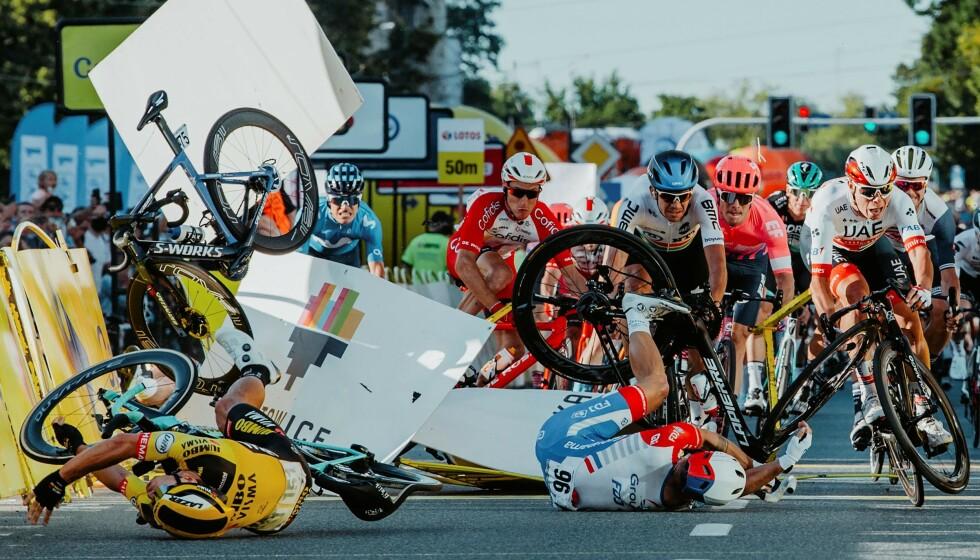 VOLDSOM KRASJ: Her har Fabio Jakobsen flydd over gjerdet og sykkelen hans er det eneste som er med i bildet. Foto: Szymon Gruchalski / Forum / AFP
