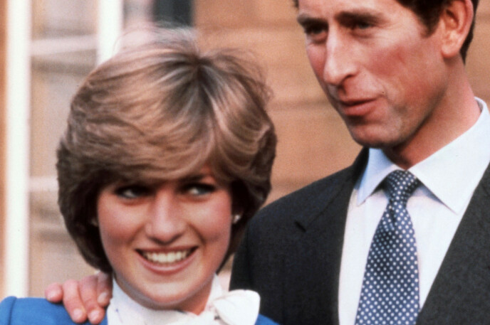 NYFORLOVEDE: Diana og Charles poserer for fotografene etter annonseringen av forlovelsen i 1981. Foto: REX/NTB