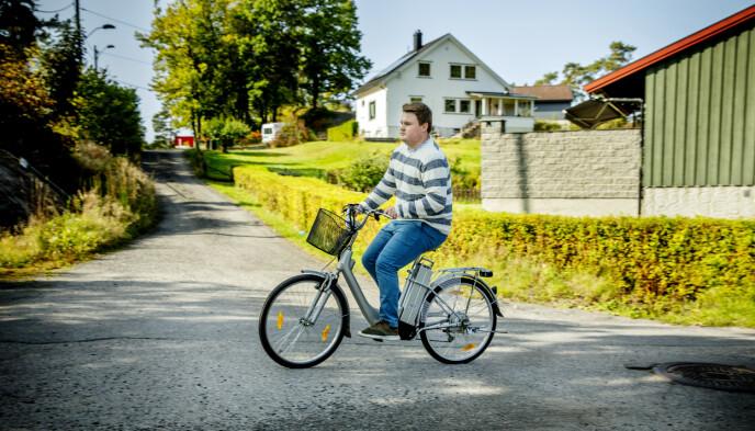 SYKLER: Førerkort er vanskelig å få som narkolepsipasient- det kan være farlig om man sovner bak rattet. En el-sykkel hjelper for Tobias Odner.