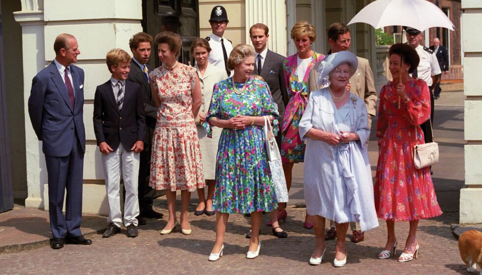 BESKYTTET FAMILIEN: Dronningmoren (i hvitt) omgitt av døtrene, dronning Elizabeth og prinsesse Margaret, sammen med flere medlemmer av kongefamilien i 1980. Foto: NTB