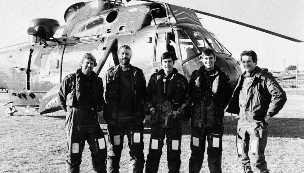 PRINS I KRIGEN: Prins Andrew (nummer to fra høyre) var helikopterpilot i marinen da Falklandskrigen brøt ut. Under krigen fløy han en rekke oppdrag. Foto: NTB