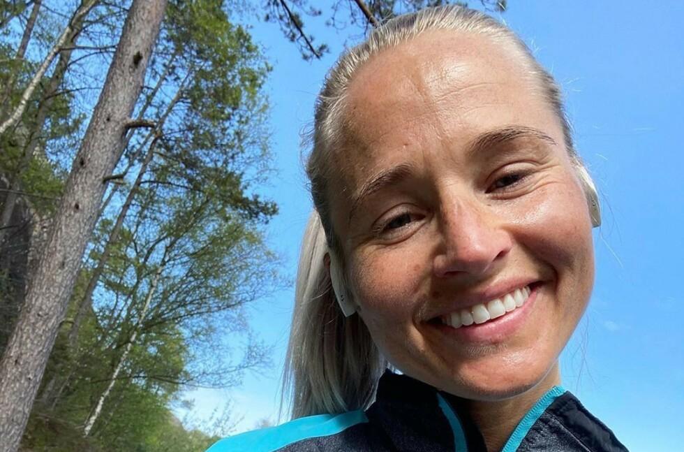 ÆRLIGE BILDER: Inger Houghton viser stolt fram mammakroppen og arret etter hastekeisersnittet. Foto: Privat