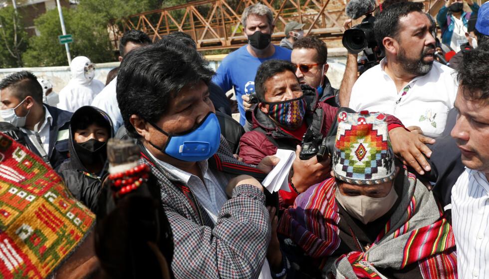 HJEMKOMST: Tidligere president Evo Morales kom hjem til Bolivia til fots og ble hyllet som en folkehelt av sine egne. Han kom hjem dagen etter at hans partifelle Luis Arce ble innsatt som ny president i Bolivia. Foto: Juan Karita / AP / NTB