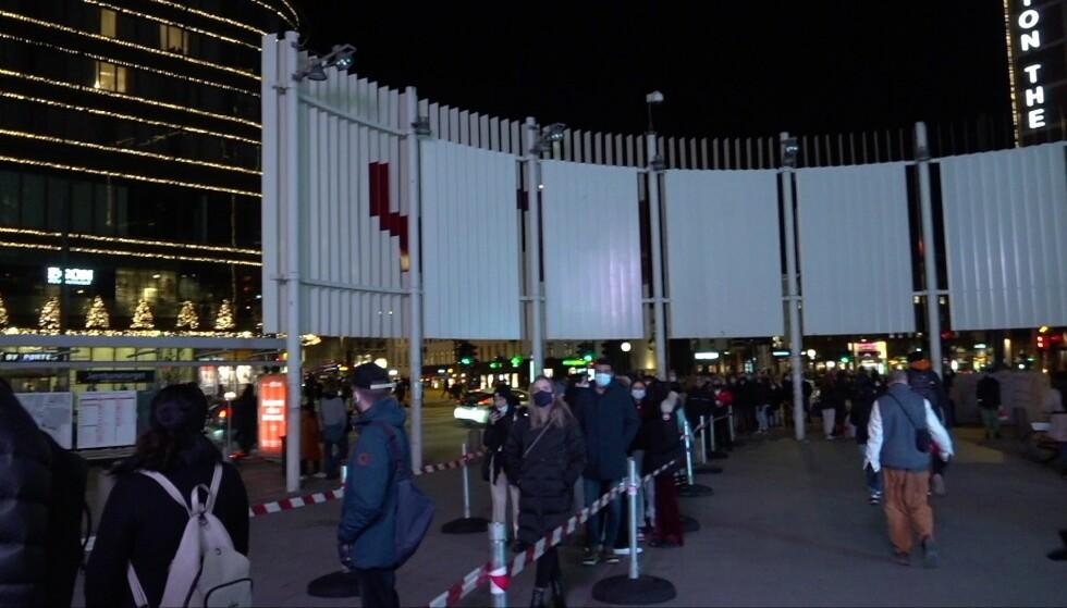 MANGE BESØKENDE: Det var mange besøkende som hadde tatt turen til Oslo City fredag ettermiddag. De besøkende får ros for å overholde smittevernreglene. Foto: Agusta Magnusdottir / Dagbladet
