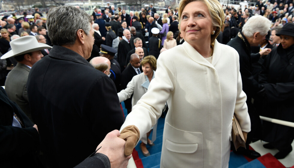 Opposisjon: Donald Trump-motstander i 2016-åpningsvalget Hillary Clinton ble filmet ved Trumps innvielsesarrangement.  Foto: REUTERS / Saul Loeb / NTB