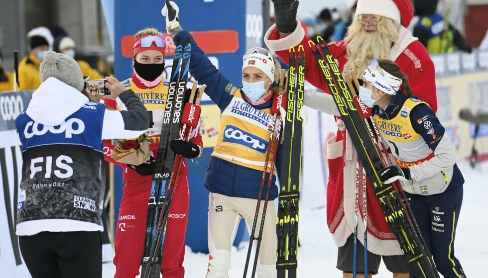 SENSASJON: Therese Johaug er naturlig nok overrasket over at Tatiana Sorina ble med henne og Ebba Andersson på pallen i Ruka. Foto: NTB Scanpix