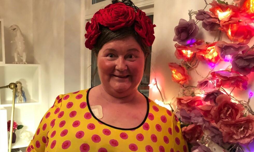 LIVET I GAVE: Christine Koht har fått tilsendt 15 fargerike kjoler som har gjort at hun føler at hun har fått livet igjen i gave. Foto: Privat