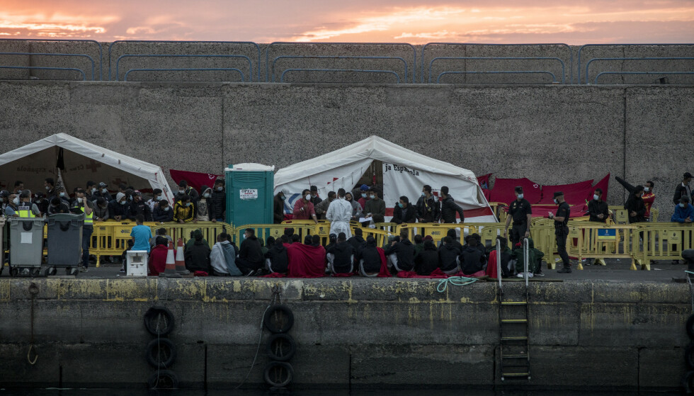 SPRENGER MOTTAKSAPPARATET: En flom av migranter til Kanariøyene sprenger spanske myndigheters mottaksapparat. På dette bildet fra tirsdag denne uka venter migranter på hva som skal skje etter å ha blitt reddet i havn i byen Arguineguin i Mogán kommune. Foto: NTB Scanpix/AP/Javier Fergo