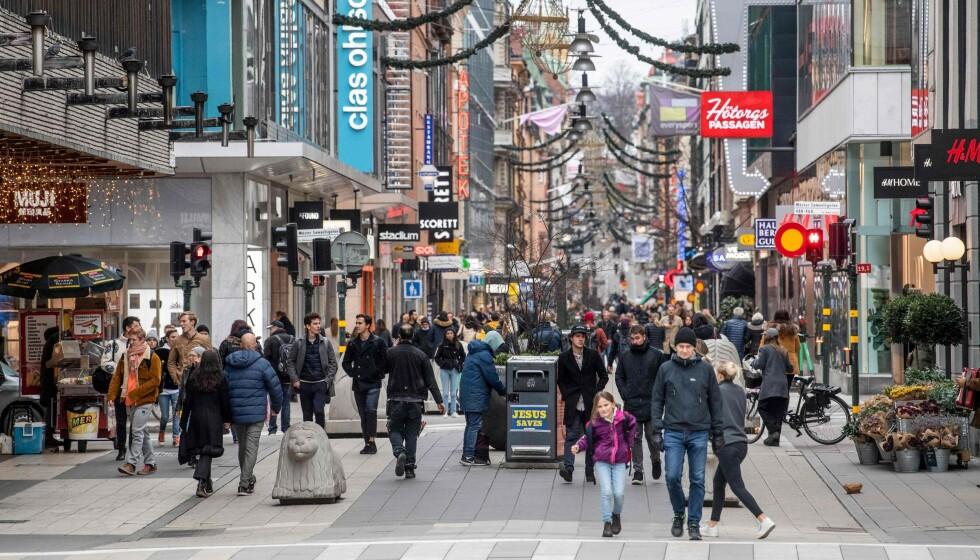 FOLKSOMT: Sverige har trappet opp arbeidet med smitteverntiltak etter økt smitte den siste tiden. Her fra en folksom gate i Stockholm tidligere i november. Foto: Fredrik Sandberg / TT News Agency / AFP / Sweden OUT / NTB