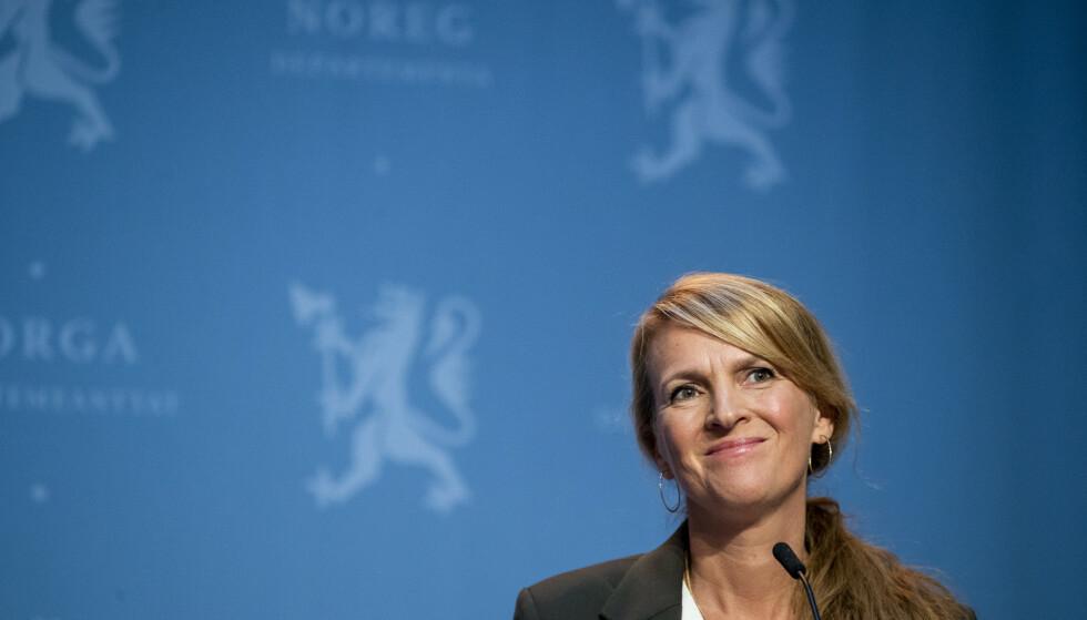 - SKJØRT: Avdelingsdirektør Line Vold i Folkehelseinstituttet mener nedgangen i smittetall er gledelig, men advarer mot å senke skuldrene. Foto: Terje Pedersen / NTB