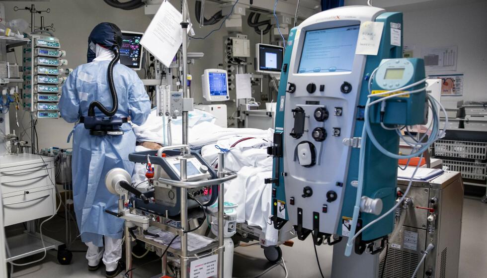 KREVENDE: Å jobbe med kritisk syke pasienter krever at man er årvaken. På norske intensivavdelinger er det overtid og doble skift for å få hjulene til å gå rundt. Foto: Jil Yngland / NTB