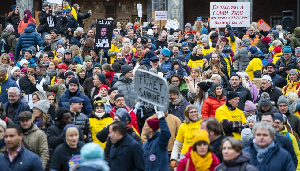 DEMONSTRASJON: Flere demonstrerte mot coronatiltakene på Fridtjof Nansens plass ved Rådhuset i Oslo. Foto: Håkon Mosvold Larsen / NTB