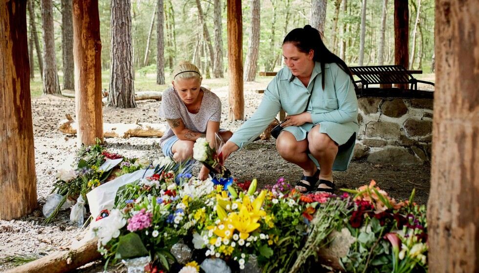 ÅSTEDET: Sørgende legger ned blomster på leirplassen der en 28 år gammel mann ble funnet drept på den danske øya Bornholm i morgentimene 23. juni. Foto: Pelle Rink / Ritzau Scanpix
