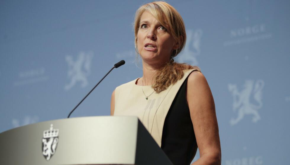 FØLGER MED: Avdelingsdirektør Line Vold i Folkehelseinstituttet sier FHI følger nøye med på nedgangen i antall coronatestede i Norge. Foto: Jil Yngland/NTB