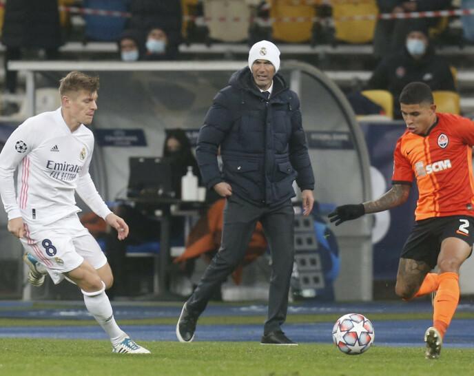 MED LYS LUE: Boss Zinédine Zidane har fått enda mer å tenke på etter tapet. Foto: NTB
