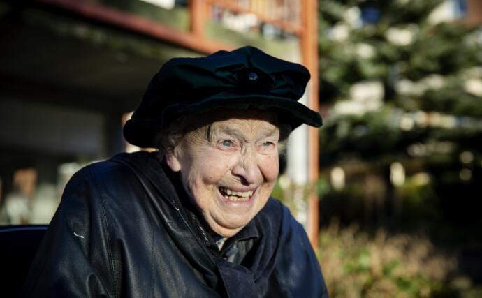 GODT HUMØR: Gjennom et hittil 101 år gammelt levd liv, har Elisabeth Noomi Fjelstad kun vært litt deprimert en gang. Under corona-isolasjonen i vår. Foto: Nina Hansen / DAGBLADET