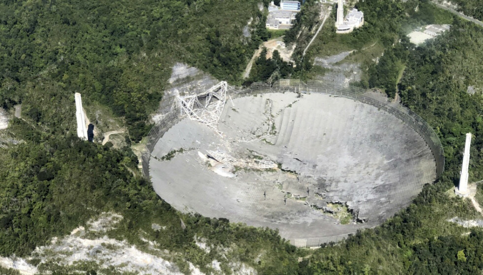 ØDELAGT: Bildet av det kollapsede teleskopet ble tatt i går, tirsdag 1. desember. Teleskopet har spilt en viktig rolle i flere astronomiske oppdagelser. Foto: Yamil Rodriguez / Aeromed via AP / NTB
