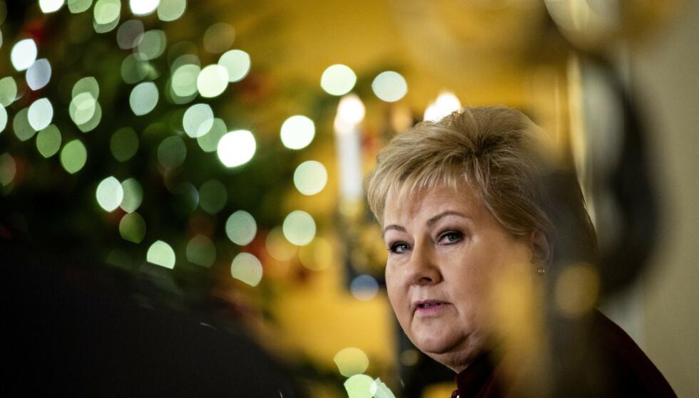 ANNERLEDES JUL: Statsminister Erna Solberg understreker at alle må følge smittevernrådene også i jula, om man skal unngå en smitteoppblomstring på nyåret. Foto: Stian Lysberg Solum / NTB