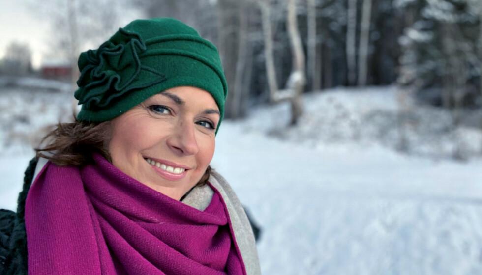 JULEHILSEN FRA SISSEL: - Det blir jul i år også, og vi skal komme oss gjennom denne vanskelige tida, sier Sissel, og sender en juleselfie fra vinterlige omgivelser fra Hov i Søndre Land. Foto: Privat