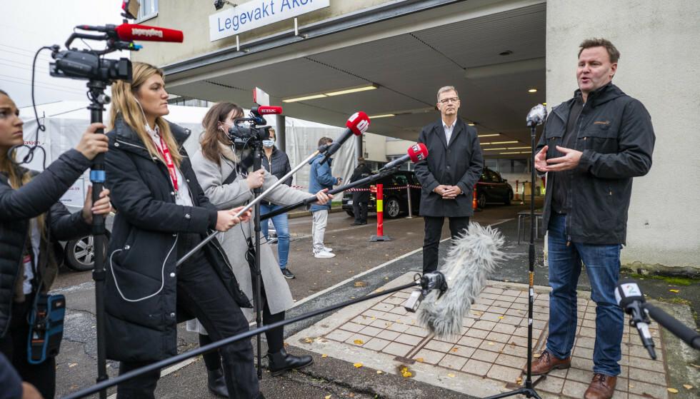 Undersøkelse: Robert Stein, helserådgiver i Oslo (t.v.) og Espen Rostrup Knoxstad, assisterende helsedirektør, Oslo (t.v.) var til stede da hurtigprøven for koronavirus startet på Acre testsenter i november.  Foto: Hokan Mosvold Larsen / NTB