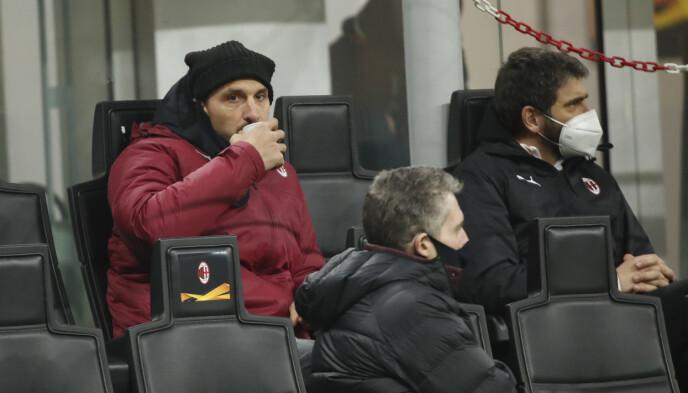 SPEKTATOR: Zlatan Ibrahimovic følger Jens Peter Hoggs opptreden fra tribunen.  Foto: NTB