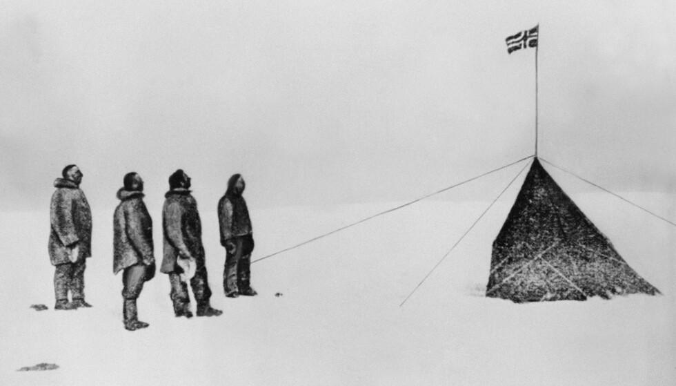 ISENS MENN: Roald Amundsen (t.v.) nådde sydpolen i desember 1911 sammen med (fra venstre) Oscar Wisting, Sverre Hassel og Helmer Hansen, i tillegg til Olav Bjaaland som tok bildet. Foto: AFP / NTB