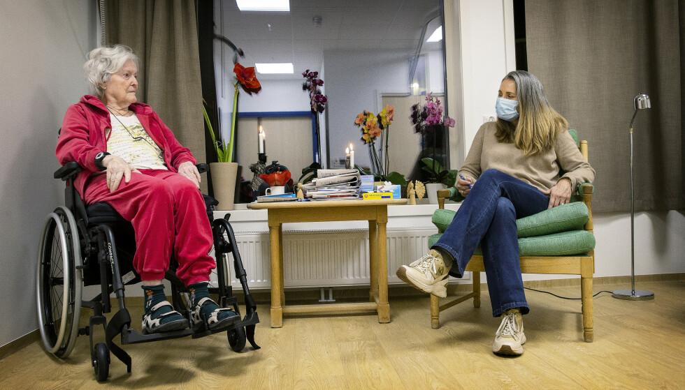 BESØK: Astrid Thoresen flyttet inn på Lindelia sykehjem for noen uker siden, og trives godt. Her har hun besøk av dattera Sunniva Borge. Foto: Henning Lillegård/Dagbladet.