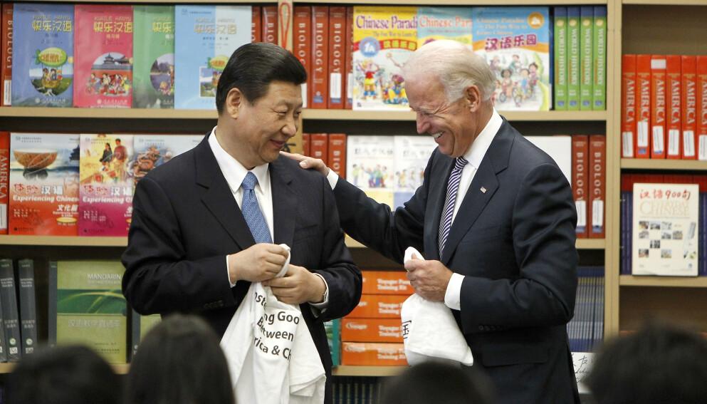 DEN GANG DA: Kinas president Xi Jinping og Joe Biden, den gang USAs visepresident, da de møttes i California i 2012. Foto: Damian Dovarganes / AP / NTB
