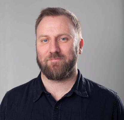 Kritiserer: Humorforsker Kai Hanno Schwind mener «Nytt på nytt» bør bli mer kritiske mot politikere. Foto: Høyskolen Kristiania.