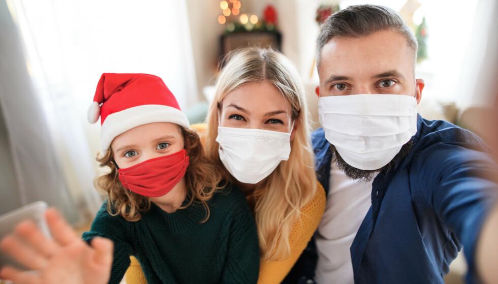 BRUK MUNNBIND HJEMME: Dansk professor mener folk bør bruke munnbind hjemme når man har besøk. Foto: Shutterstock