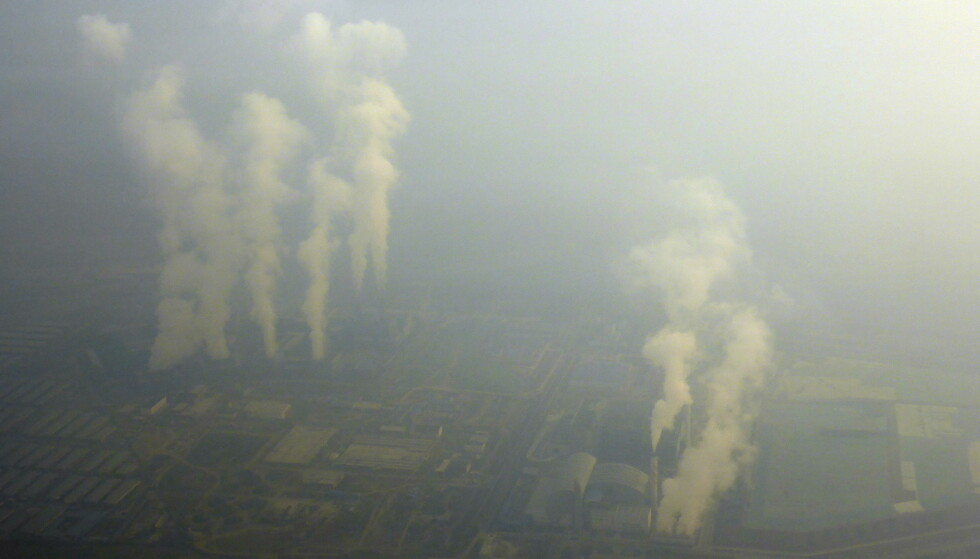 FULL SPEED: Chinese industry has been injected with a lot of money, and emissions are increasing.  This photo was taken just outside Beijing.  Photo: Reuters / NTB Scanpix.