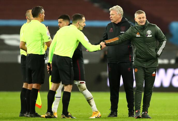 FORNØYD: Ole Gunnar Solskjær takker dommertrioen for kampen. West Ham-boss David Moyes bak. Foto: NTB