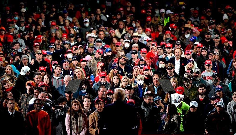 SAMLET TUSENVIS: Svært mange dukket opp da Donald Trump skulle tale i Valdosta i Georgia. Ett døgn etter ble det kjent at presidentens advokat Rudy Giuliani er covidsmittet. Foto: Andrew Caballero-Reynolds / AFP / NTB