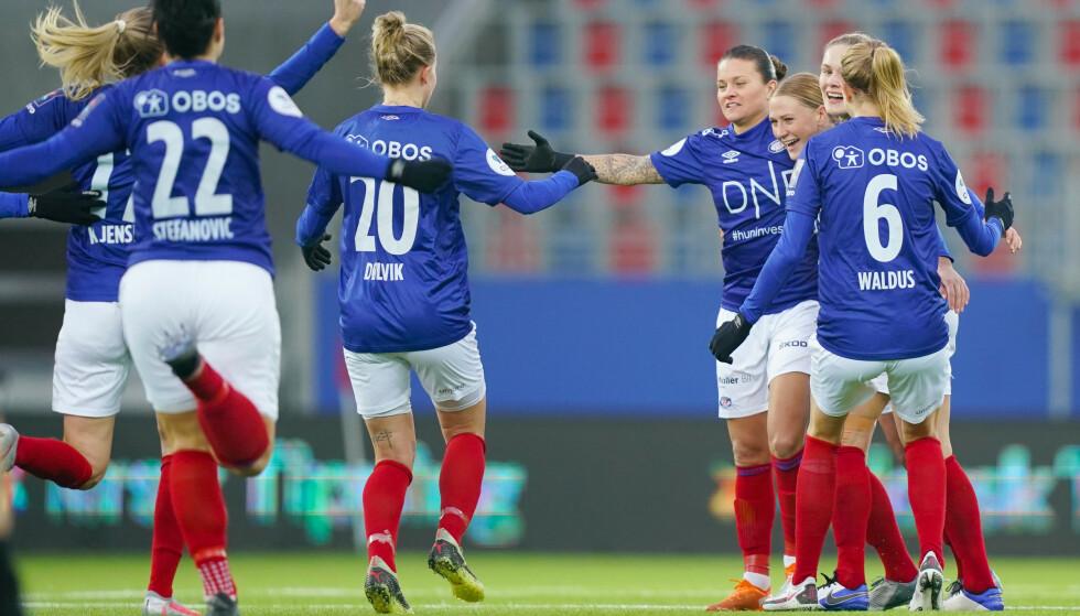 JUBEL: VIF jubel etter scoring av Sherida Spitse under toppseriekampen i fotball mellom Vålerenga og Arna-Bjørnar på Intility Arena. Foto: Fredrik Hagen / NTB