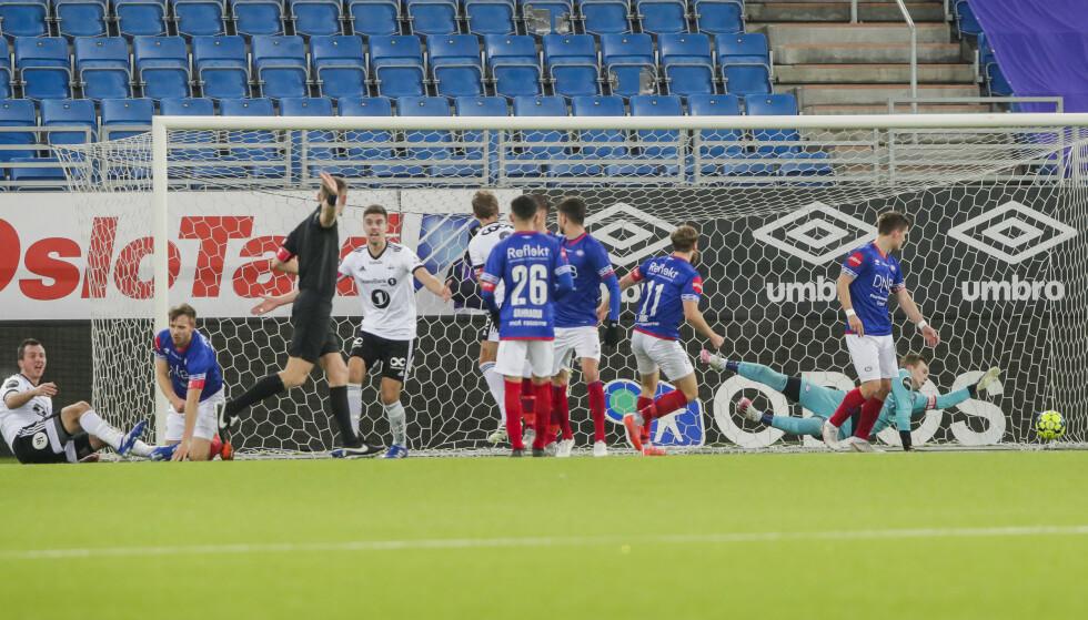 UENIGE: Rosenborg-spillerne ville ha straffe. Dommer Sigurd Smehus Kringstad dømmer frispark mot. Foto: Terje Bendiksby / NTB