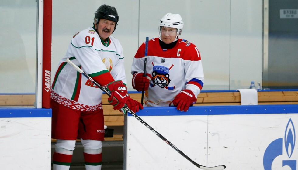 DE STORE HOCKEYGUTTA: Vladimir Putin og Aleksandr Lukasjenko på isen sist vinter. De to politiske allierte er begge ihuga hockeyfans, og Russland har sagt seg villig til å overta ishockey-VM fra Hviterussland. Problemet er bare at også russerne snart kan bli ekskludert fra olympisk idrett. FOTO: AFP/Alexander Zemlianichenko.