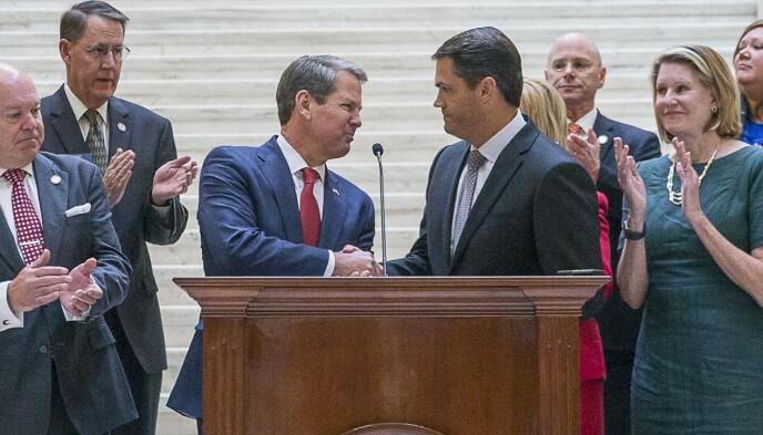GEORGIA: Viseguvernør Geoff Duncan (til høyre) tar guvernør Brian Kemp i hånda under en pressekonferanse i 2019. Foto: (Alyssa Pointer/Atlanta Journal-Constitution via AP