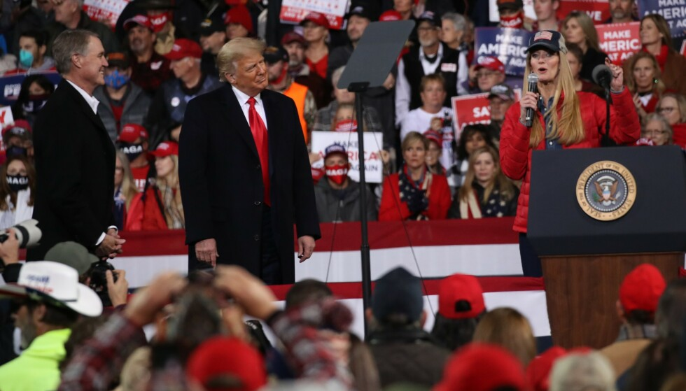 Lørdag: President Donald Trump, senator David Perdue og senator Kelly Loughfler på scenen under rallyet.  Foto: Spencer Plot / Getty Images / AFP
