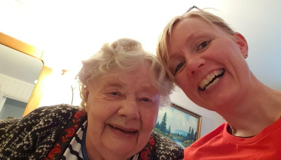 FÅR ERSTATNING: Hjørdis Rognås (90) døde av coronaviruset i mars. Her er hun avbildet sammen med datteren, Wenche. Foto: Privat