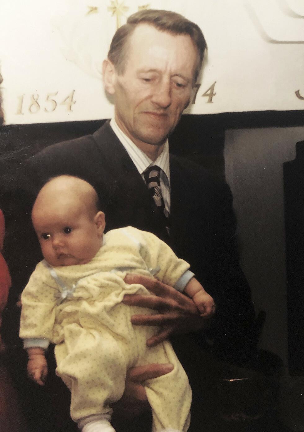 STARTEN: Elizabeth som baby på fanget til far, like før familien på tre flyttet ett år til Paris etter at Pushwagner fikk tildelt et kunststipend. Foto: Privat