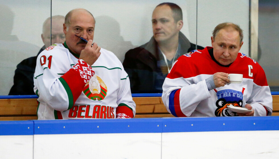 I SAMME BOKS: Aleksandr Lukasjenko grer barten mens Vladimir Putin drikker te. Nå tvinges de to nærmere hverandre. Foto: REUTERS / NTB