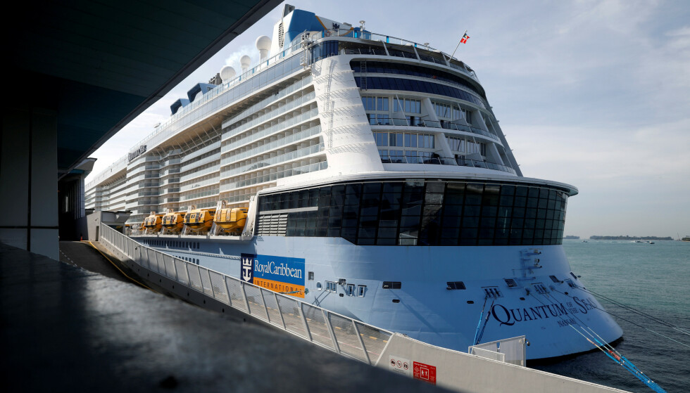 IKKE BARE POSITIVT: Royal Caribbeans skip «Quantum of the Seas» ligger onsdag morgen ved kai i Marina Bay Cruise Center i Singapore etter at en passasjer testet positivt for coronaviruset. Foto: NTB Scanpix/Reuters/Edgar Su