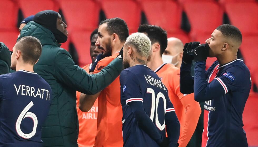 FÅR SKRYT: Demba Ba (med hette) får skryt for måten han tok tak i situasjonen. Foto: FRANCK FIFE / AFP / NTB Scanpix