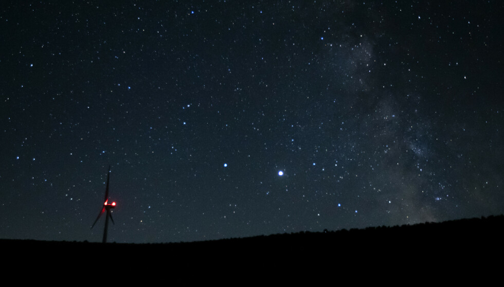 «JULESTJERNA»: Saturn (i midten til venstre) og Jupiter (i midten til høyre) har nærmet seg hverandre siden i sommer. Bildet er tatt like etter midnatt 27. juli. Foto: Ted S. Warren / AP / NTB