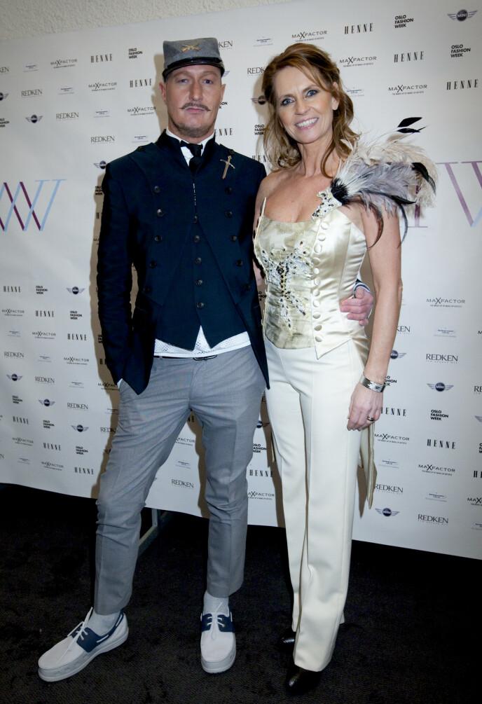 DESIGNER: Kjell Nordström, tidligere kjent som Baron von Bulldog, har designet alle «Maskorama»-kostymene. Her poserer han med Ellen Arnstad i 2010. Foto: Kyrre Lien / NTB