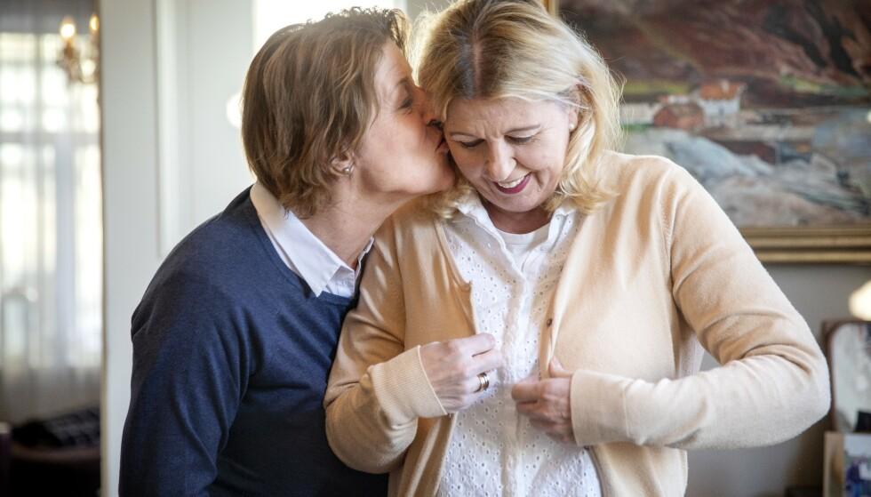 TIDSSPØRSMÅL: Jannicke Granrud fikk påvist alzheimer tidlig i 50-årene. Hun bor fortsatt hjemme sammen med kona Hildegunn.Sykdommen utvikler seg raskt, og Jannicke vet at det er et tidsspørsmål før Hildegunn ikke kan ivareta Jannicke og at hun må flytte på pleiehjem. Foto: Linda Næsfeldt