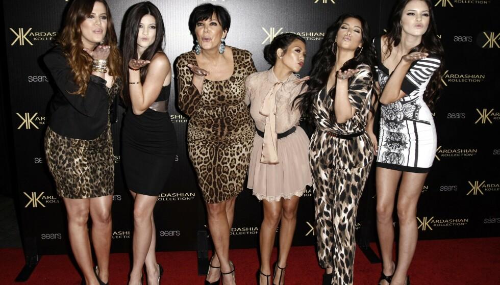 2011: Chloe, Kylie, Chris, Courtney, Kim og Kendall blir filmet på den røde løperen i 2011. Foto: AB Photo / Matt Sales / NDP