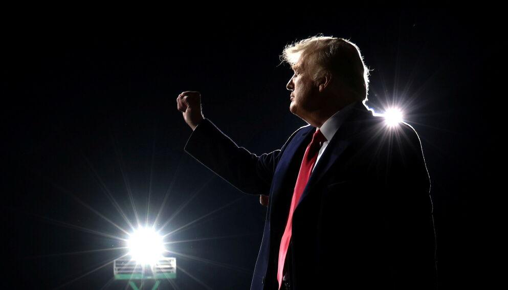 FORTSETTER KAMPEN: Siden presidentvalget i USA 3. november, har president Donald Trump og hans støttespillere gjentatte ganger nektet å anerkjenne valgresultatet. Den lange kampen om plassen i Det hvite hus, fortsetter. Foto: Jonathan Ernst / Reuters / NTB