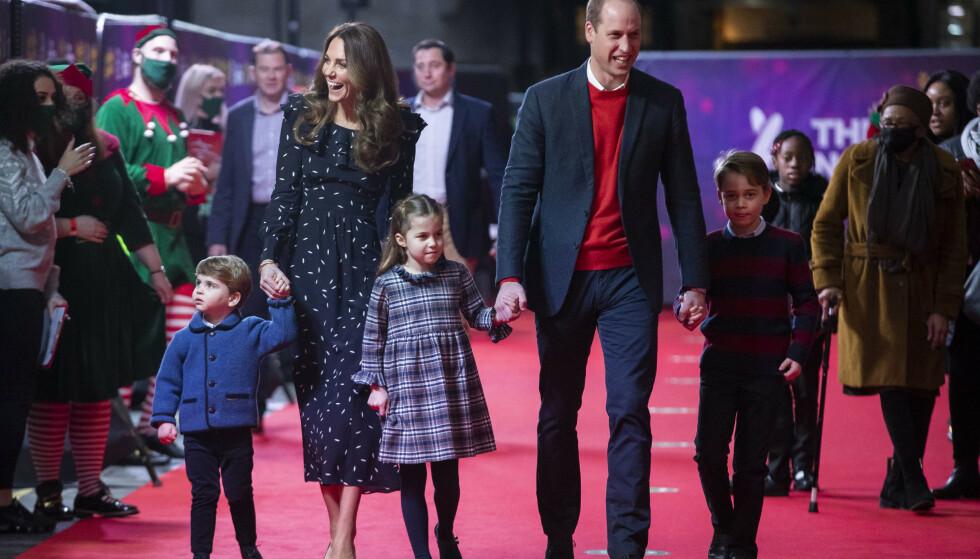 OVERRASKET: Prins William og hertuginne Kate overrasket stort da de dukket opp på den røde løperen med sine tre barn. Foto: Aaron Chown/Pool/NTB